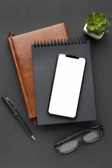 Disposizione degli elementi dell'ufficio con il telefono a schermo vuoto