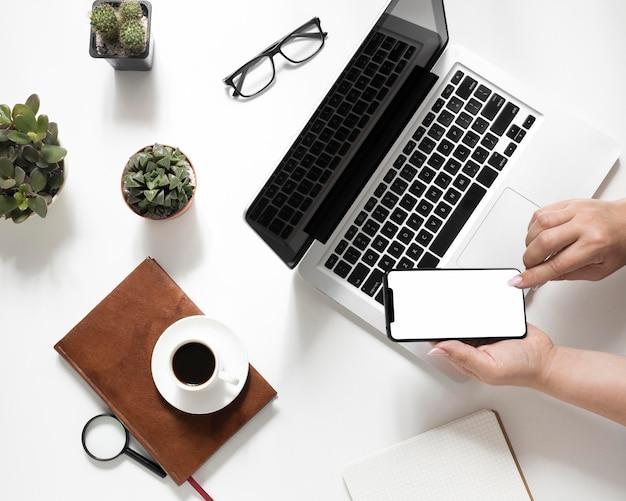 Composizione di elementi di office su sfondo bianco