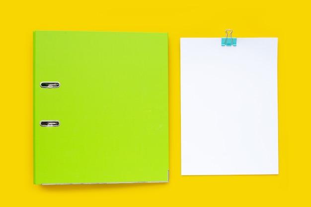 Cartella di office su sfondo giallo. vista dall'alto