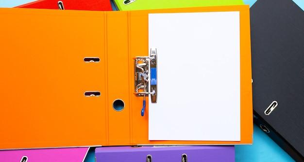 Cartelle per ufficio con carta su sfondo blu. vista dall'alto