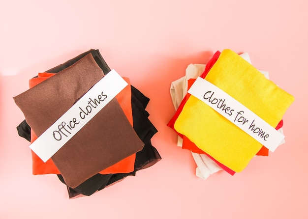 Smistamento di vestiti per l'ufficio e la casa nell'armadio con note di carta.