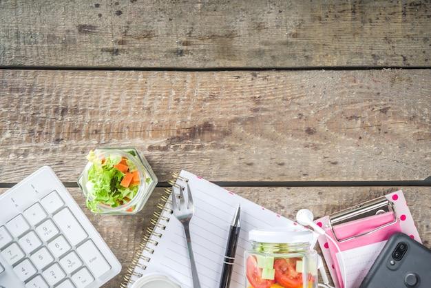 Pranzo in ufficio: vasetti di insalata di verdure