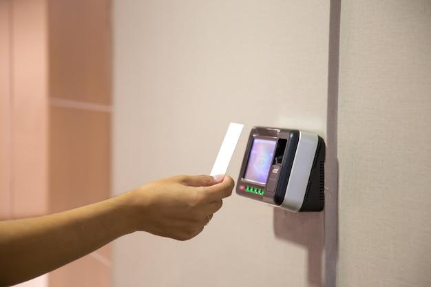 Uomo dell'ufficio che utilizza la carta d'identità per eseguire la scansione al controllo accessi.