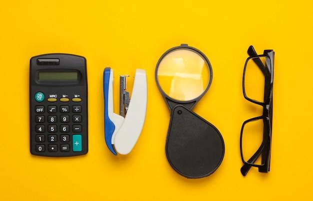 Forniture per ufficio e cancelleria su un giallo.