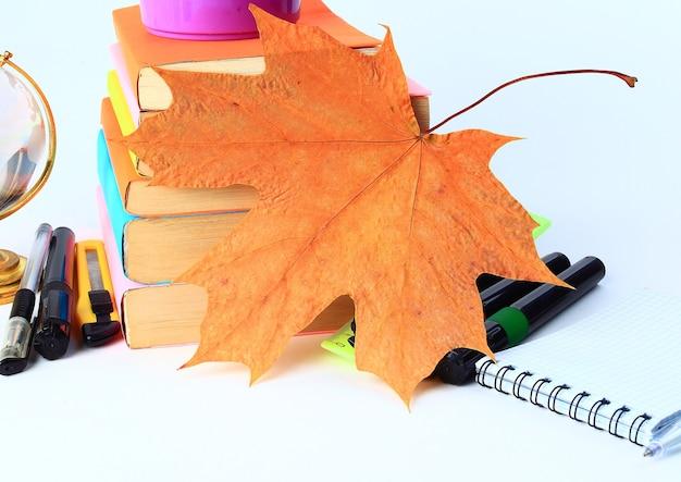 Accessori per studenti e ufficio su un bianco torna al concetto di scuola