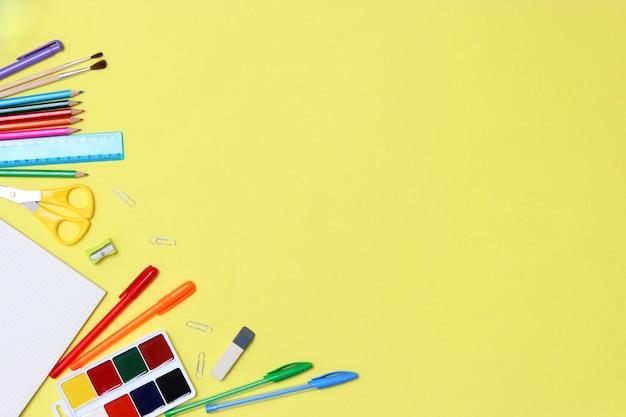 Forniture per ufficio su uno sfondo colorato primo piano torna al concetto di scuola