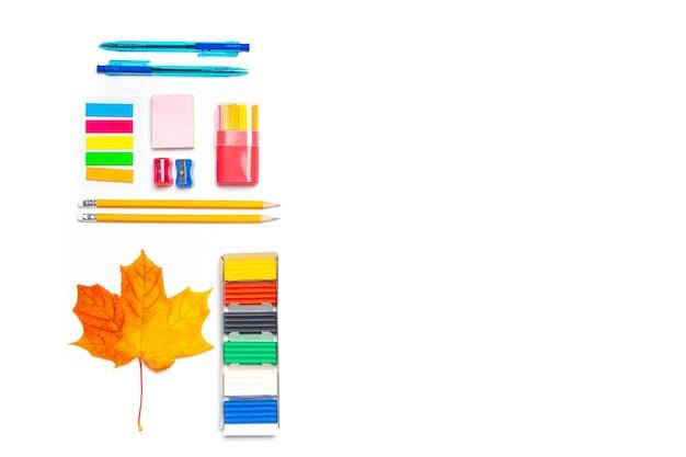 Forniture per ufficio layout su uno spazio bianco della copia. materiale scolastico. cancelleria colorata.