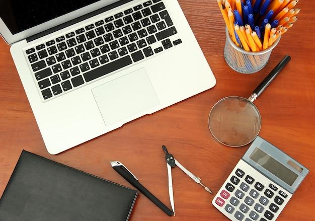 Forniture per ufficio e laptop isolato su bianco