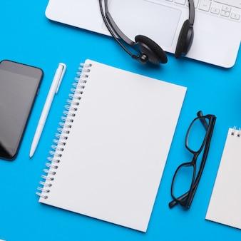 Tavolo scrivania da ufficio con forniture, vista dall'alto e copia spazio