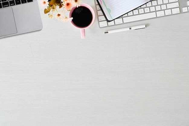 Desktop in legno per ufficio con pc, laptop, forniture per ufficio e spazio per copiare.