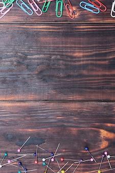Tavolo da ufficio in legno con forniture colorate, vista dall'alto