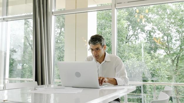 Impiegato, uomo d'affari utilizza un computer portatile