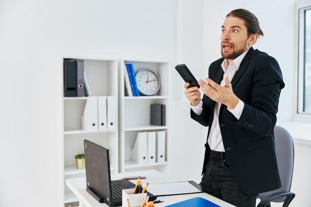 L'impiegato alla scrivania documenta la comunicazione tramite tecnologia telefonica