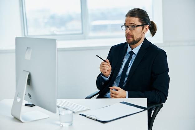 Impiegato alla scrivania con tecnologie di lavoro per occhiali