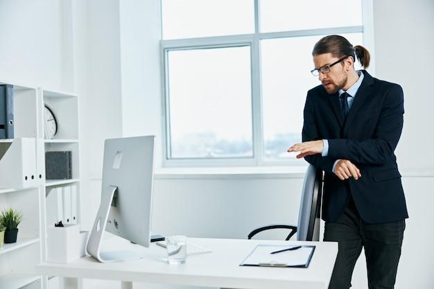 Impiegato in ufficio gesti con le mani capo