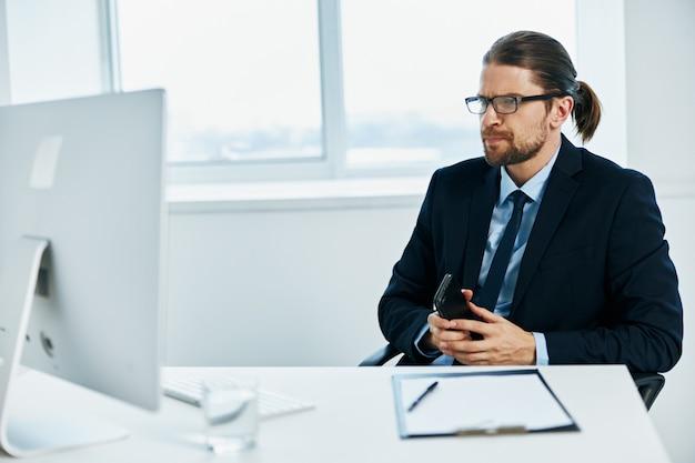 L'impiegato in ufficio fa gesti con il computer delle mani