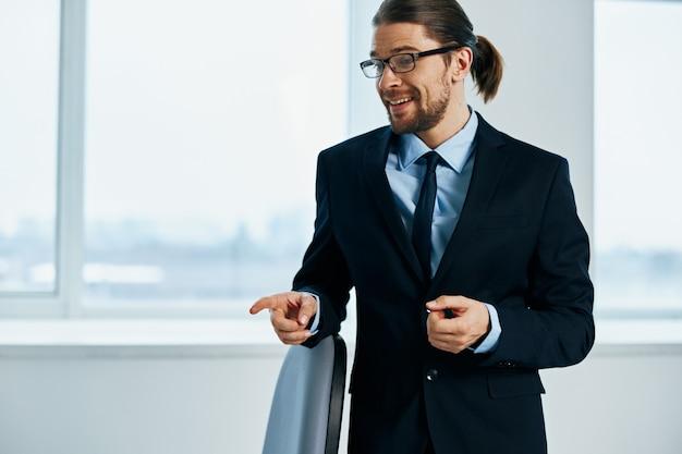Impiegato con gli occhiali capo di lavoro fiducia in se stessi