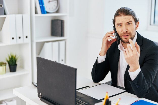 Emozioni del lavoro dell'impiegato davanti allo stile di vita della comunicazione del laptop