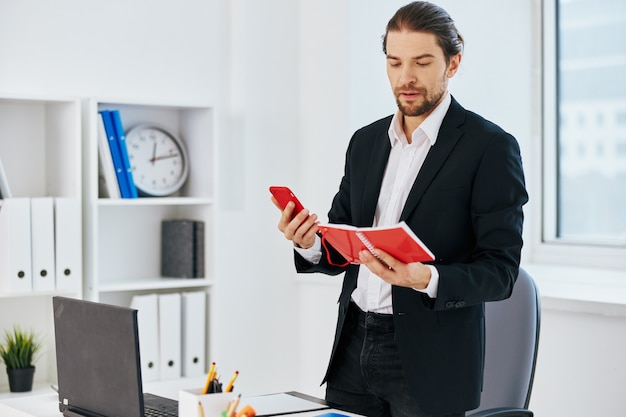 Emozioni del lavoro dell'impiegato davanti alla tecnologia di comunicazione del computer portatile