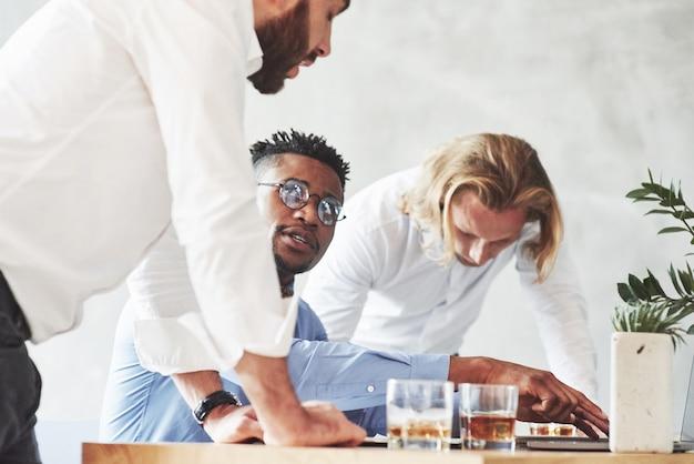 Impiegati che conversano durante il loro lavoro