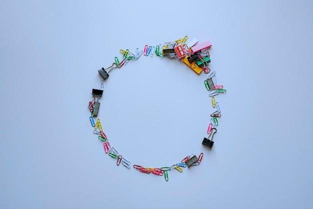 Gli articoli per scrivere per ufficio sono piatti a forma di cornice circolare circle