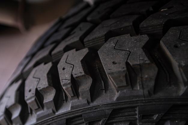Battistrada per pneumatici fuoristrada pronto per essere montato sull'auto