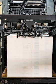 L'alimentatore della macchina da stampa offset trasferisce la carta metallica attraverso la fabbrica dell'unità di stampa del tavolo di alimentazione