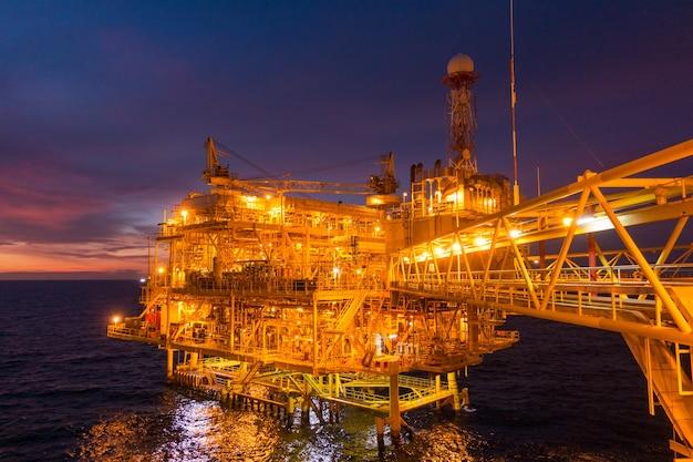 Piattaforma di piattaforme offshore di petrolio e gas con un bellissimo tramonto