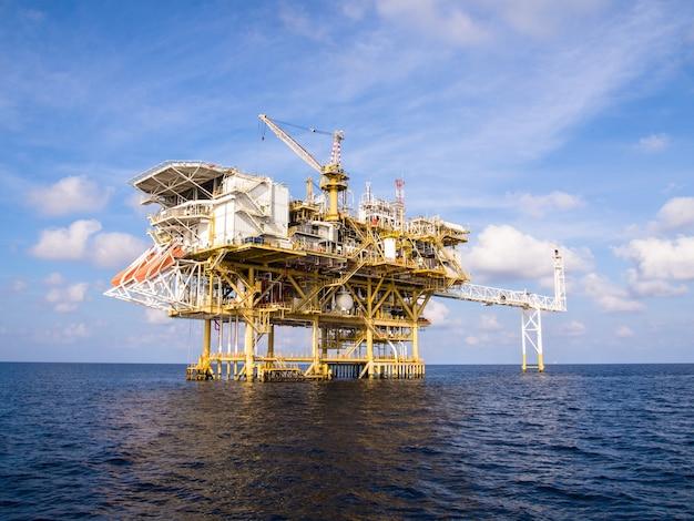 Piattaforma di produzione offshore in mare per la produzione di petrolio e gas.