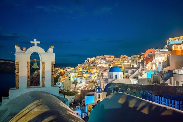 Paesaggio urbano della città di oia all'isola di santorini in grecia al tramonto. mar egeo
