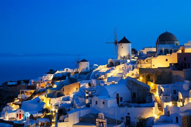 Villaggio di oia di notte, santorini, grecia.
