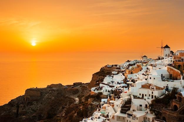 Villaggio di oia al tramonto - santorini island, grecia
