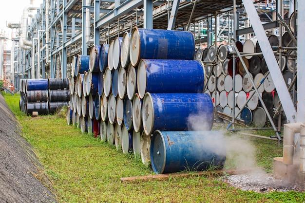 Barili di petrolio blu o tamburi chimici impilati orizzontalmente vapore acqua