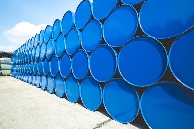 Barili di petrolio blu o fusti chimici impilati orizzontalmente