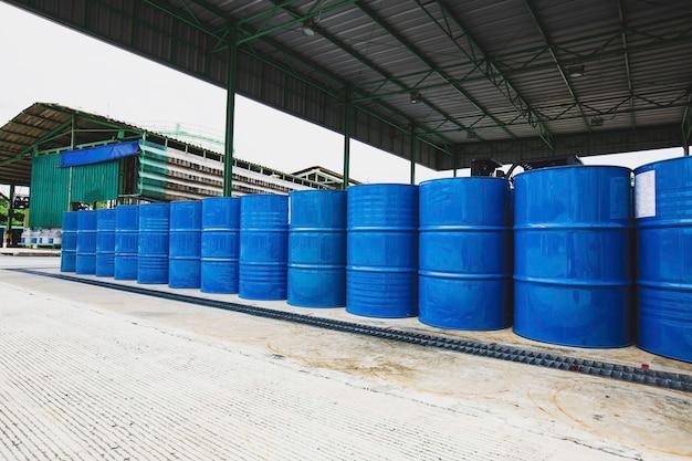 Barili di petrolio blu o fusti chimici impilati verticalmente industria