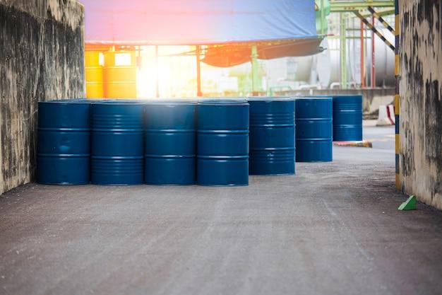 Barili di petrolio blu o fusti chimici impilati verticalmente