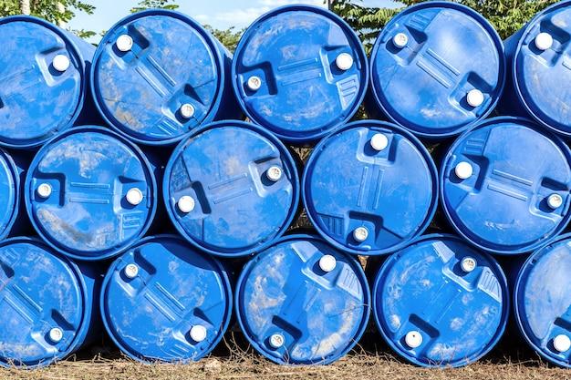 Barili di petrolio o fusti chimici accatastati