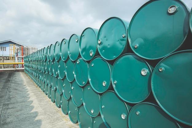 Barili di petrolio verde o fusti chimici impilati orizzontalmente