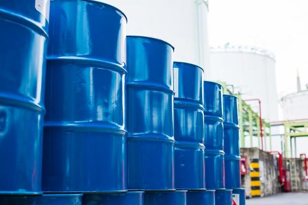 Barili di petrolio verde o fusti chimici impilati verticalmente