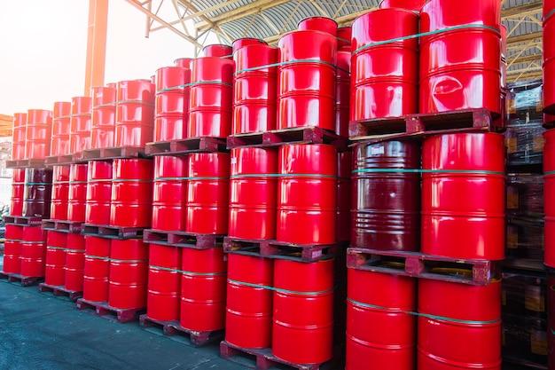 Barili di petrolio rossi o fusti chimici impilati verticalmente industria