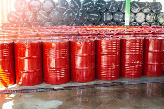 Barili di petrolio rossi o fusti chimici impilati verticalmente