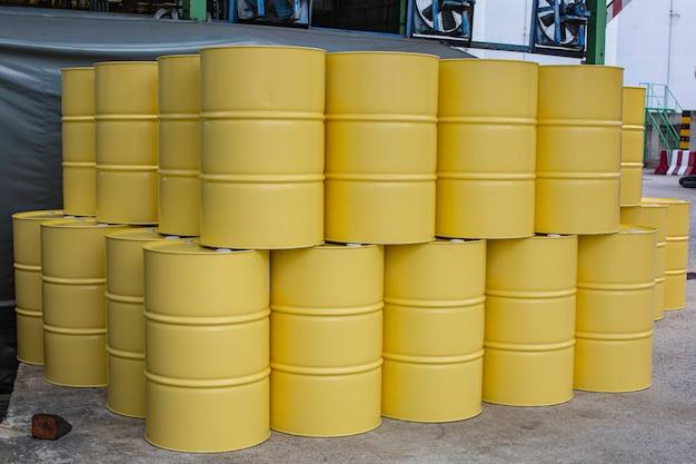 Barili di petrolio gialli o fusti chimici industriali verticali