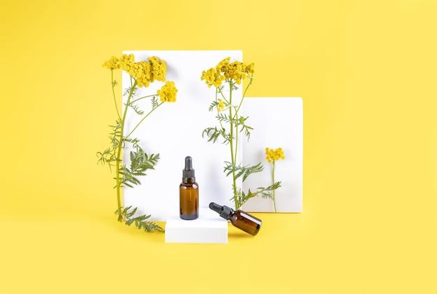 Bottiglie di olio e fiori fantasia con forme geometriche