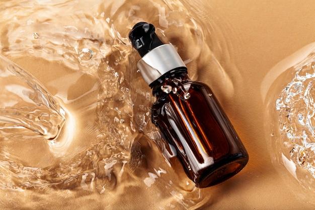 Lubrifichi la bottiglia cosmetica sulle onde di acqua, vista superiore