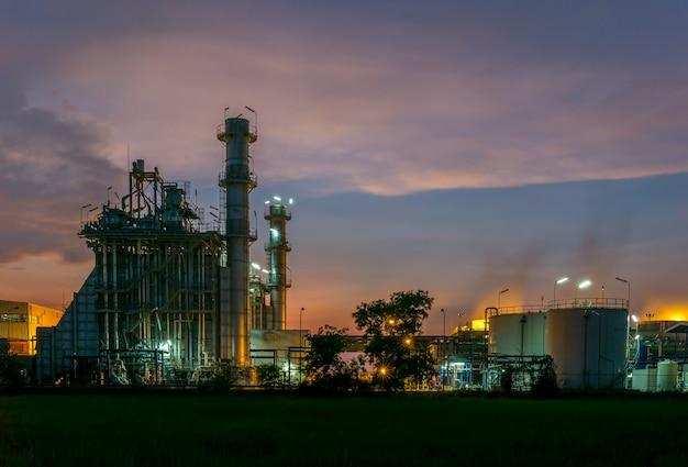 Impianto di raffineria di petrolio e gas di notte