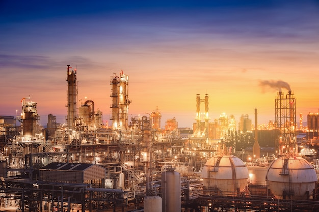 Impianto di raffineria di petrolio e gas o industria petrolchimica sullo sfondo del tramonto del cielo