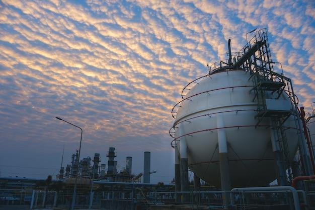 Impianto di raffineria di petrolio e gas o industria petrolchimica sul tramonto del cielo
