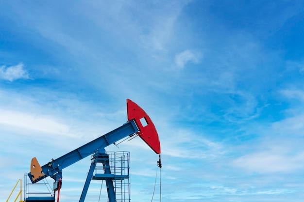 Industria petrolifera. piattaforme petrolifere. pompe dell'olio su uno sfondo di cielo azzurro con nuvole. copia spazio.