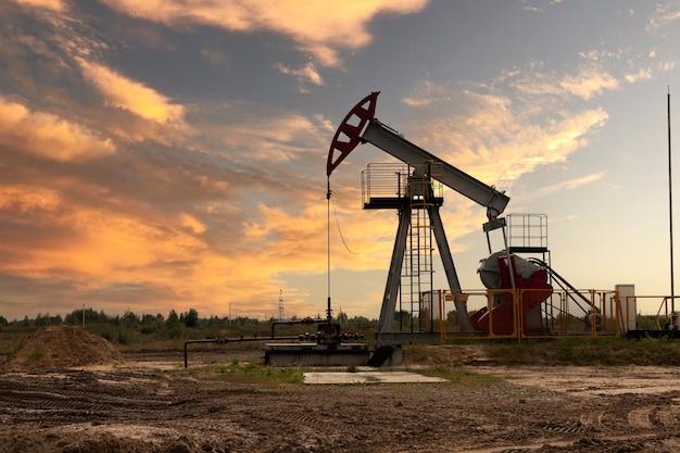 Industria petrolifera. piattaforme petrolifere. pompe dell'olio al tramonto. copia spazio.