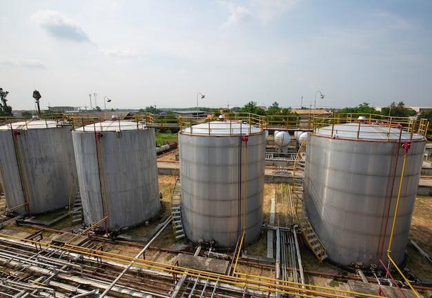 Oleodotto e serbatoio di stoccaggio dell'olio farm nella raffineria di petrolio.